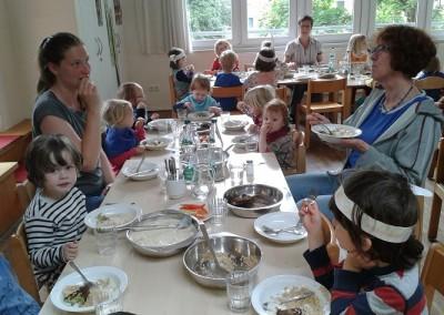 Mittagessen_Kinder und Erzieherinnen